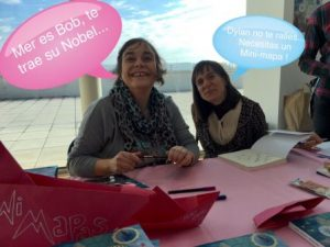 Isabel Merino y Mercedes García-Laso con su primer libro Minimapas para Tormentas.